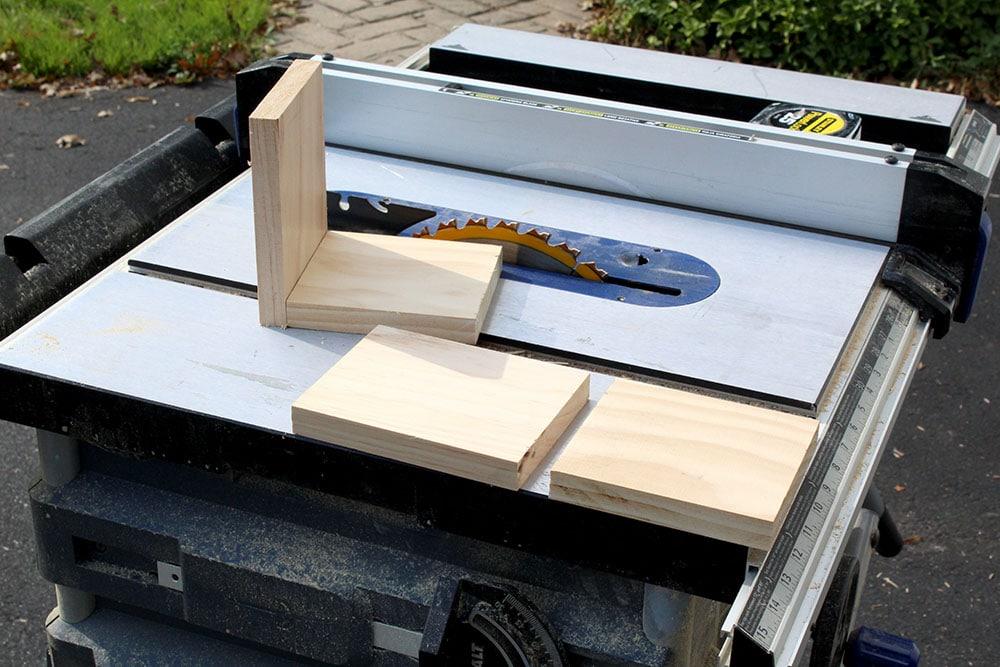 Faire des serre-livres de bricolage et couper du bois de rebut avec une scie circulaire à table
