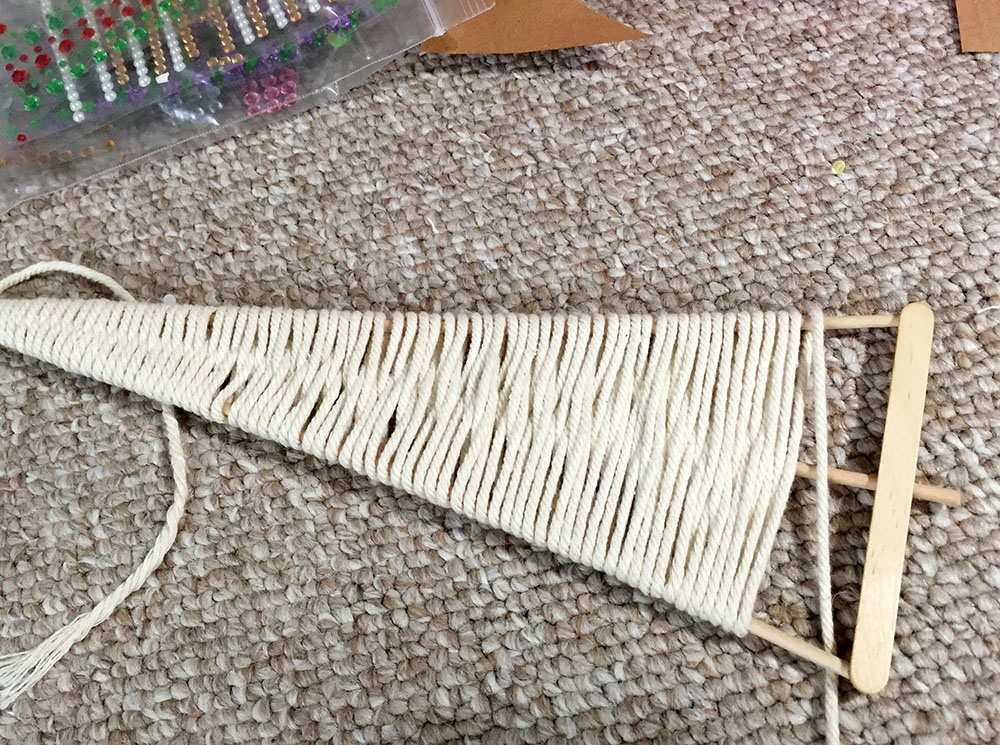 Making a macrame Christmas tree from wooden dowels